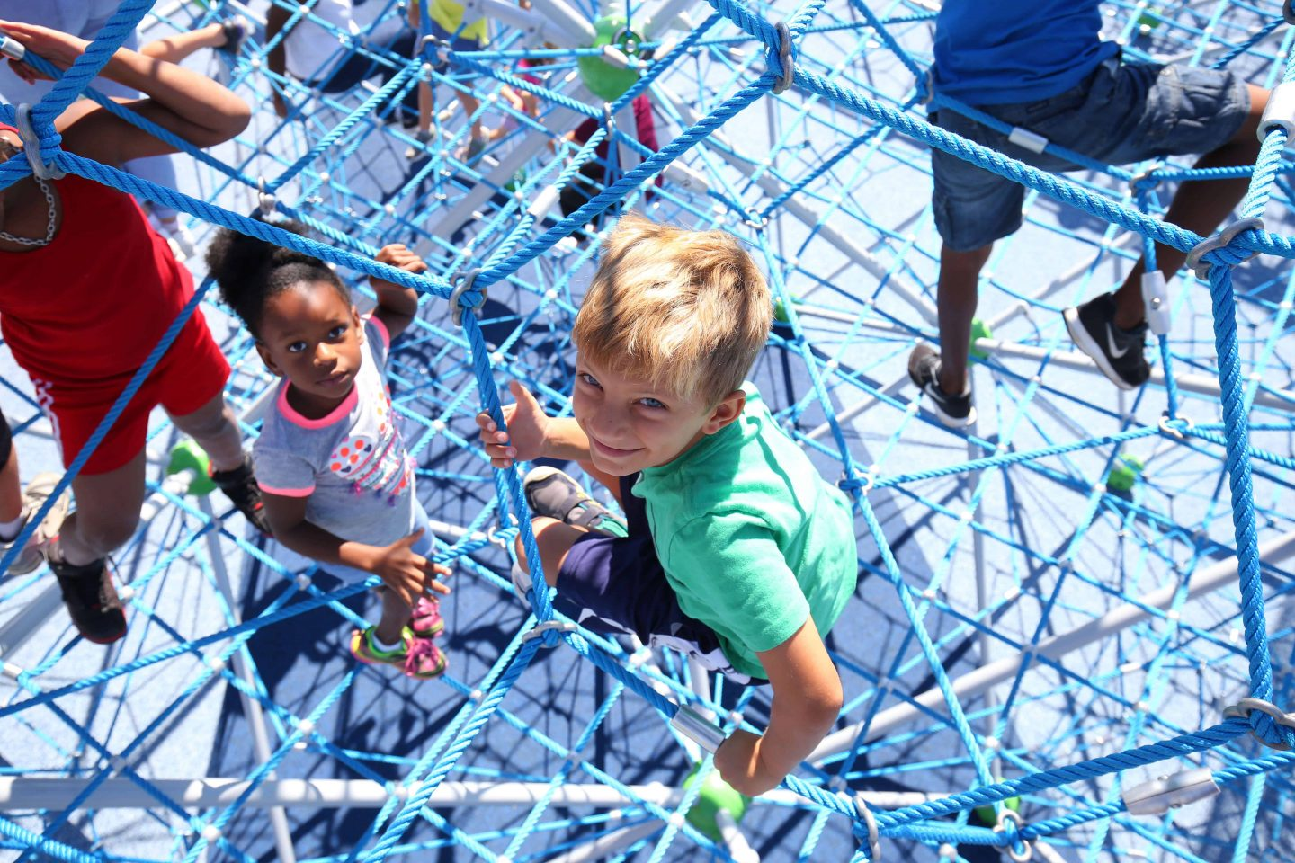 Children in the spatial net of the Neptun XXL of the Berliner Seilfabrik - Play Equipment for Life