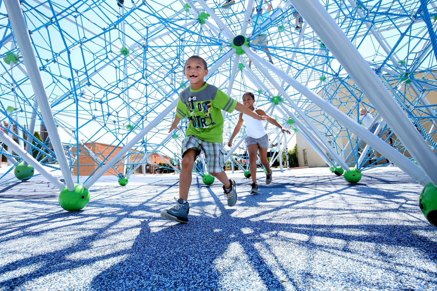 Beneath the spatial net of the Neptun XXL of the Berliner Seilfabrik - Play equipment for life
