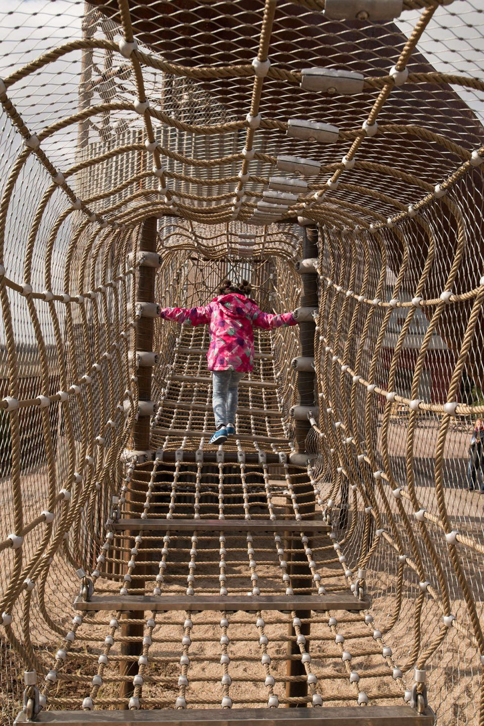 Netztunnel verbindet den Kletterturm mit einer Terrasse