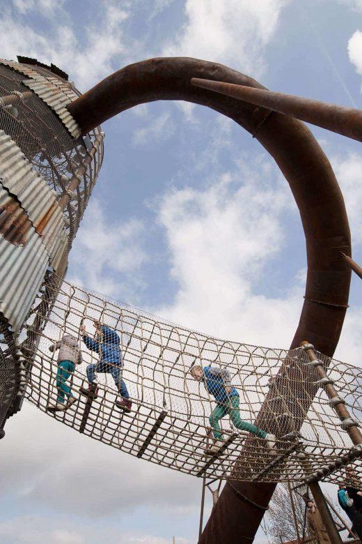 """""""rostiger"""" Kletterturm mit Rutsche der Berliner Seilfabrik"""
