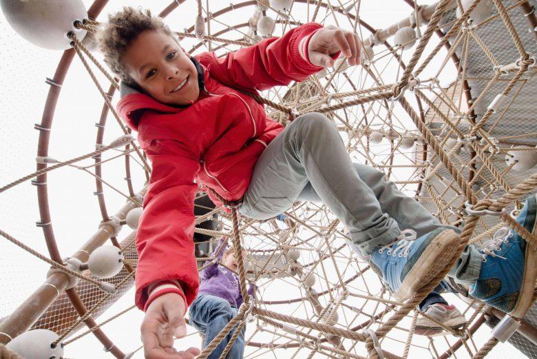 Kinder im Klettergerät der Berliner Seilfabrik