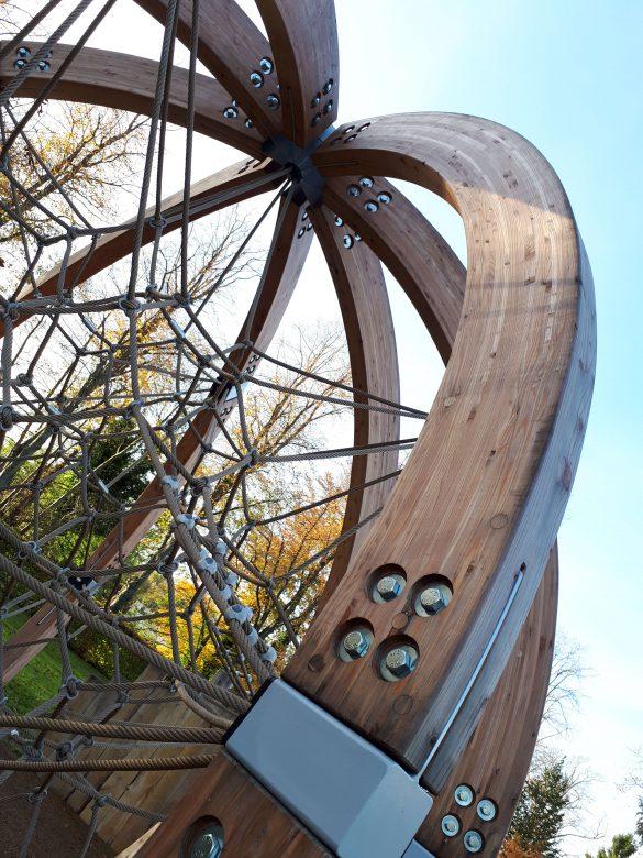 Raumnetz mit Holz – Berliner Seilfabrik – Spielgeräte fürs Leben