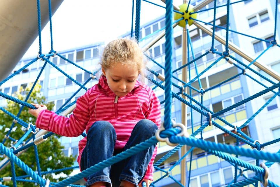 Mädchen im Raumnetz – Berliner Seilfabrik – Spielgeräte fürs Leben